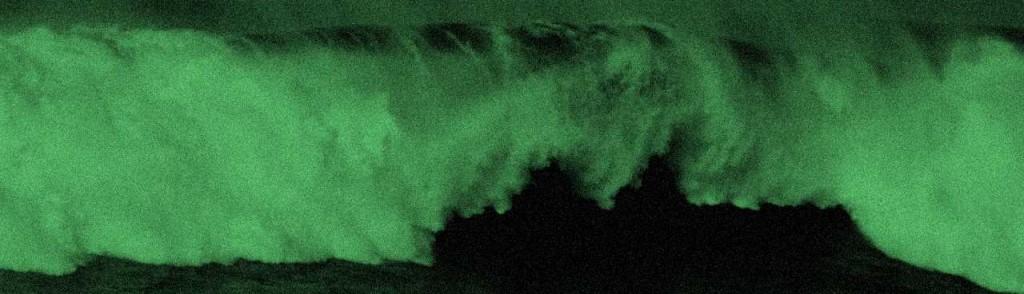 foto monocromática verde-preto de uma onda no mar